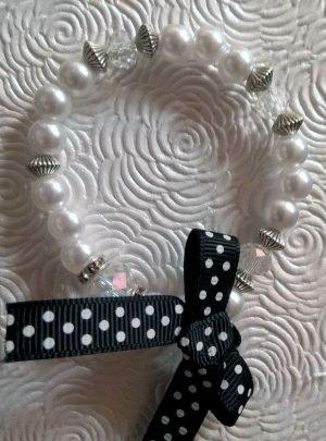 Pearls and dots Гривна уникат от перли и метални елементи с панделка